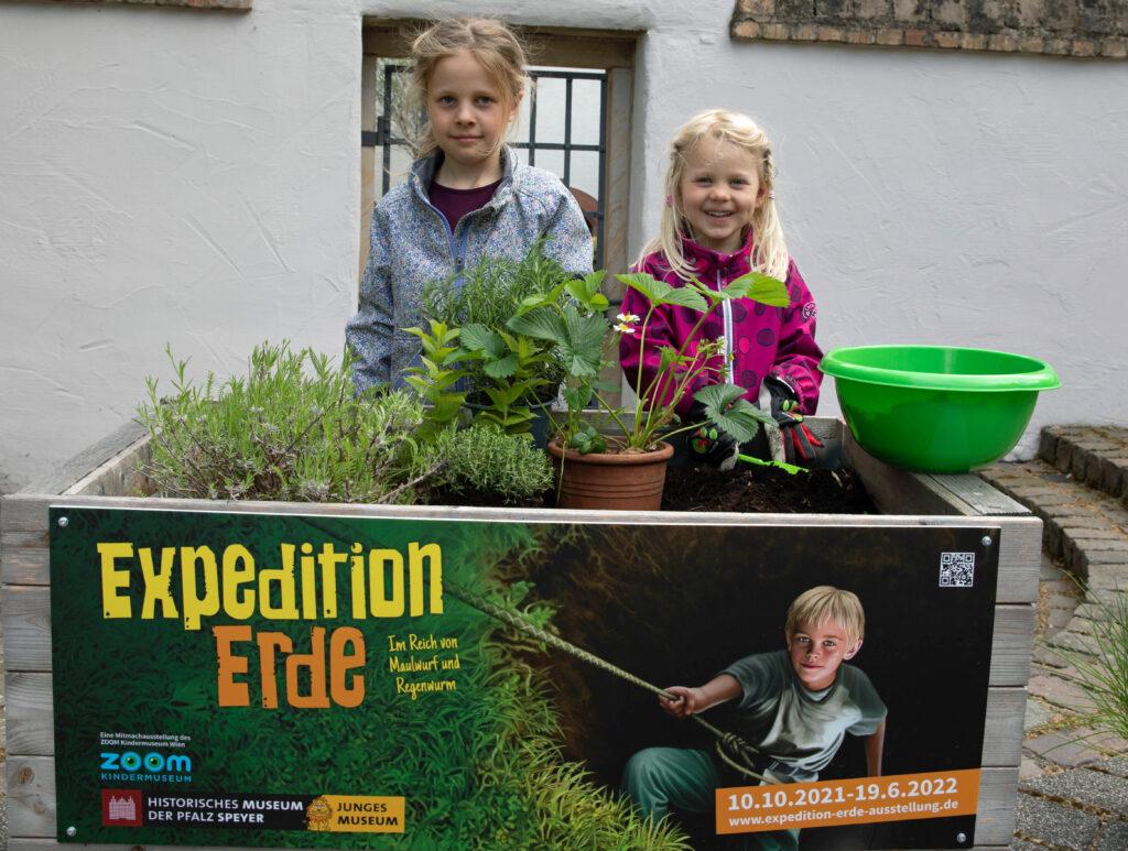 """Mathilda und Antonia haben für die Ausstellung """"Expedition Erde"""" ein Hochbeet bepflanzt."""